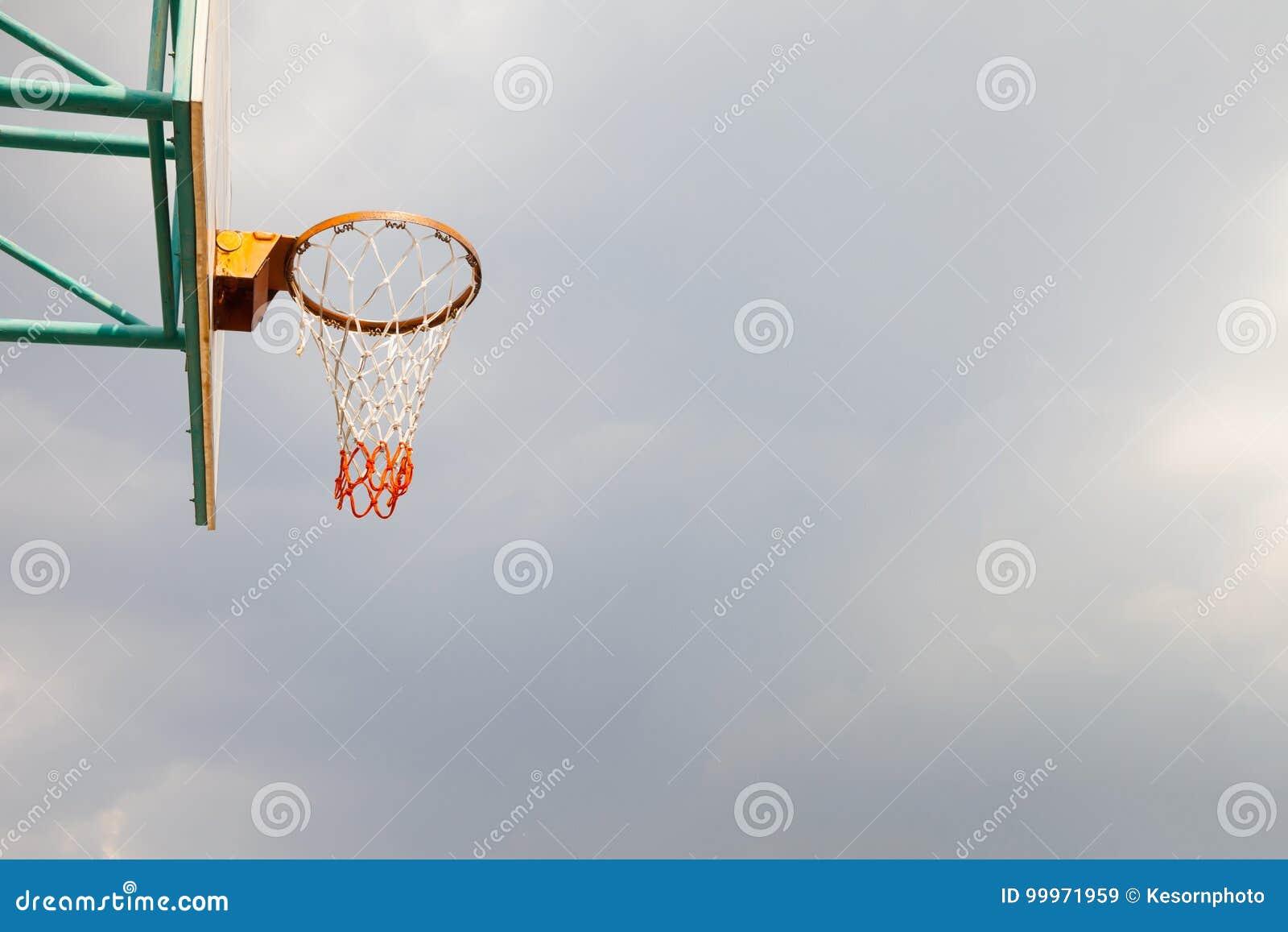 Cancha de básquet era determinado fuera del edificio