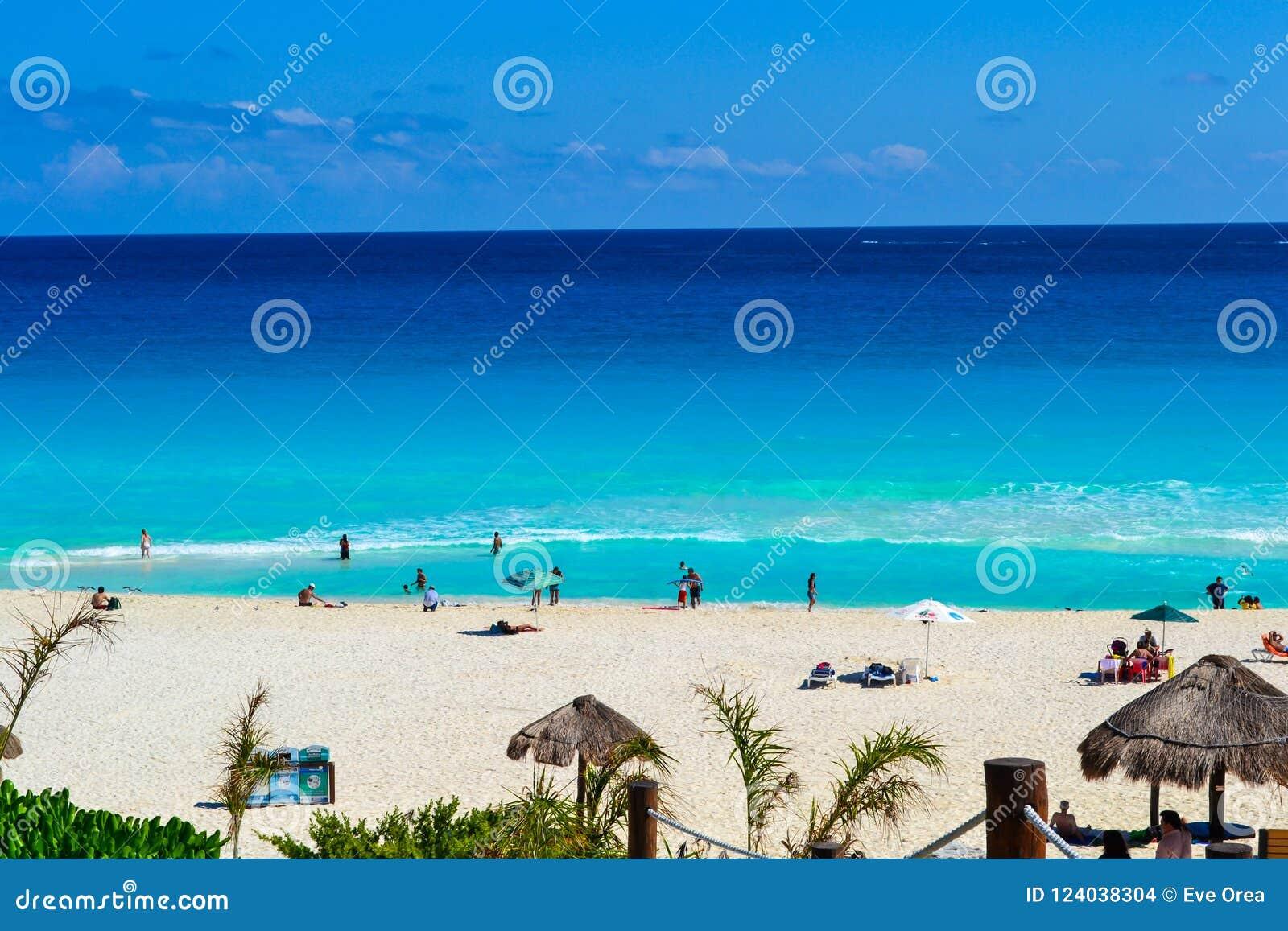 Cancun, Мексика - люди 17-ое февраля 2017 наслаждаясь красивым пляжем в Cancun