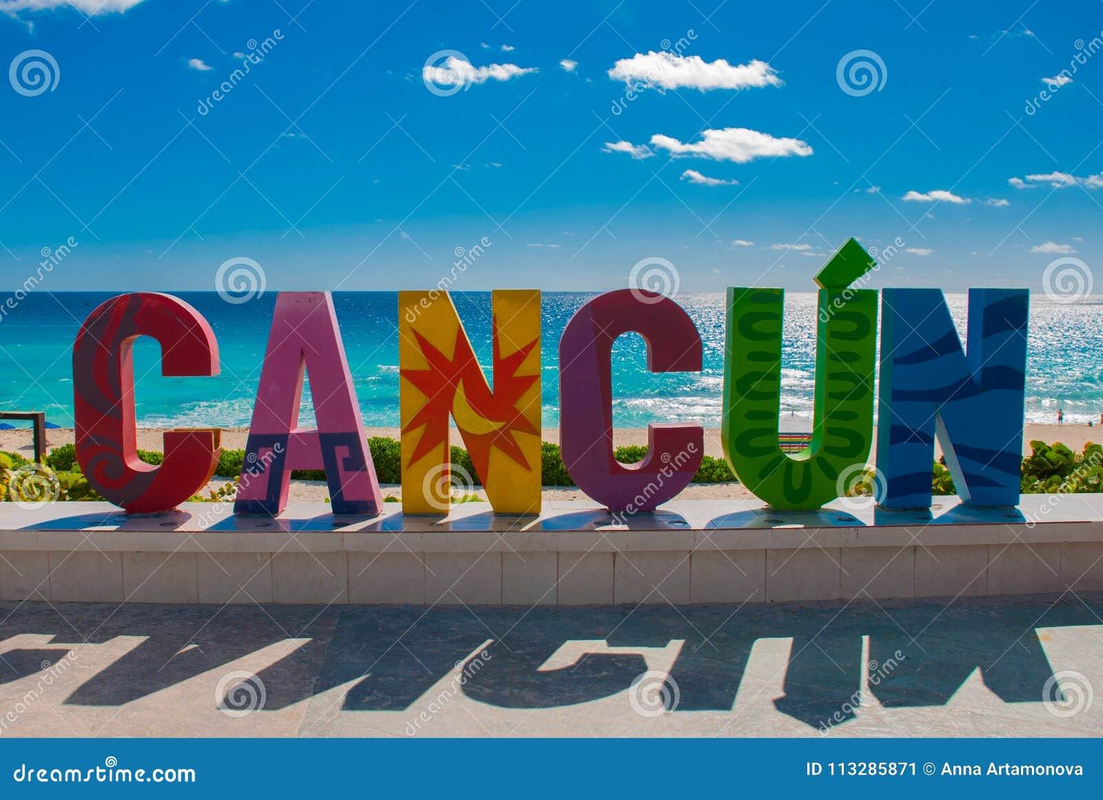 Cancun, Мексика, надпись перед пляжем Playa Delfines Огромные письма имени города