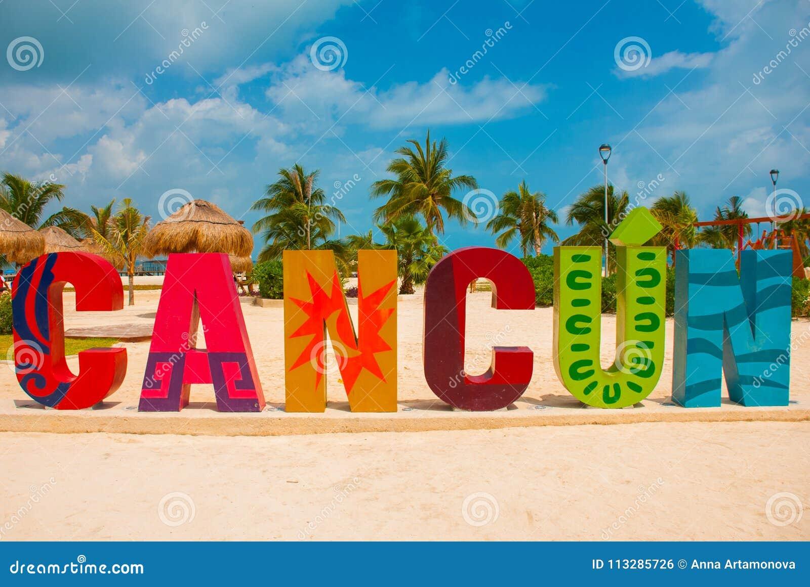 Cancun, Mexico, inschrijving voor het strand van Playa Delfines Reusachtige brieven van de stadsnaam