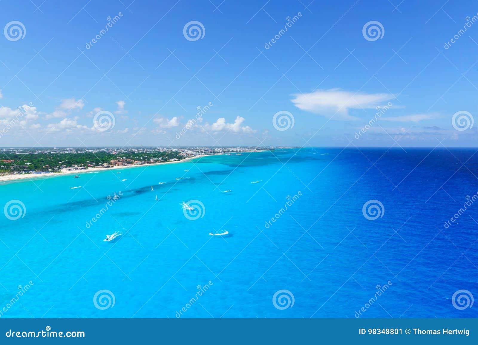 Cancun Mexico van de stranden van de meningscancun ` s van het vogelsoog met hotels en turkooise Caraïbische overzees