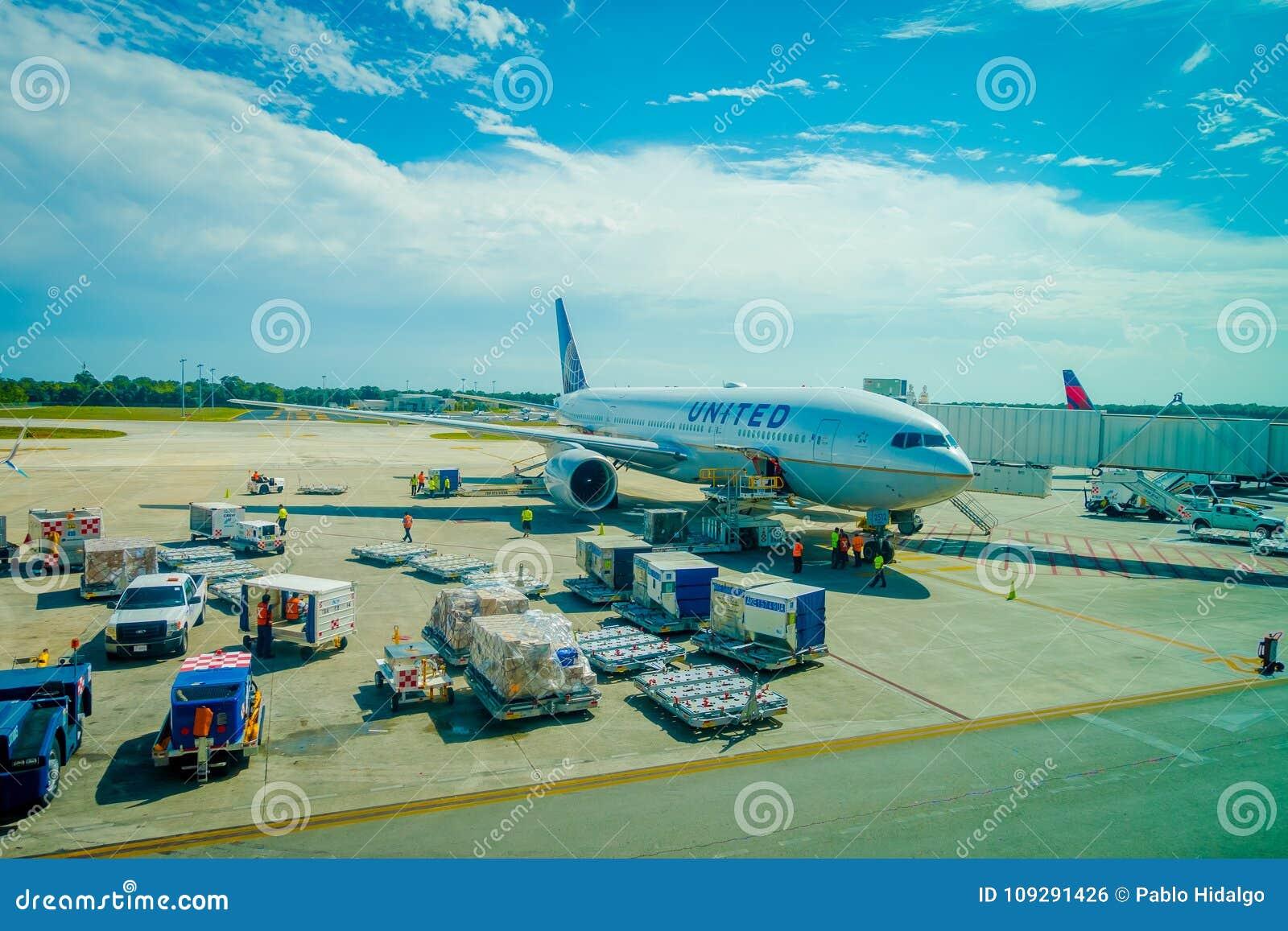 CANCUN, MEXIQUE - 12 NOVEMBRE 2017 : Avions sur la piste de l aéroport international de Cancun au Mexique L aéroport est