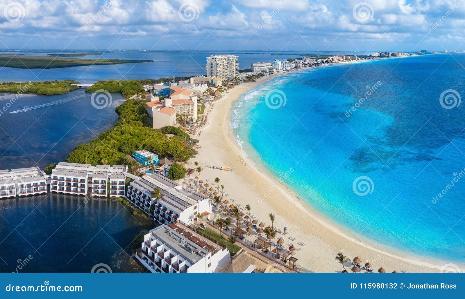 Cancunstrand in de loop van de dag