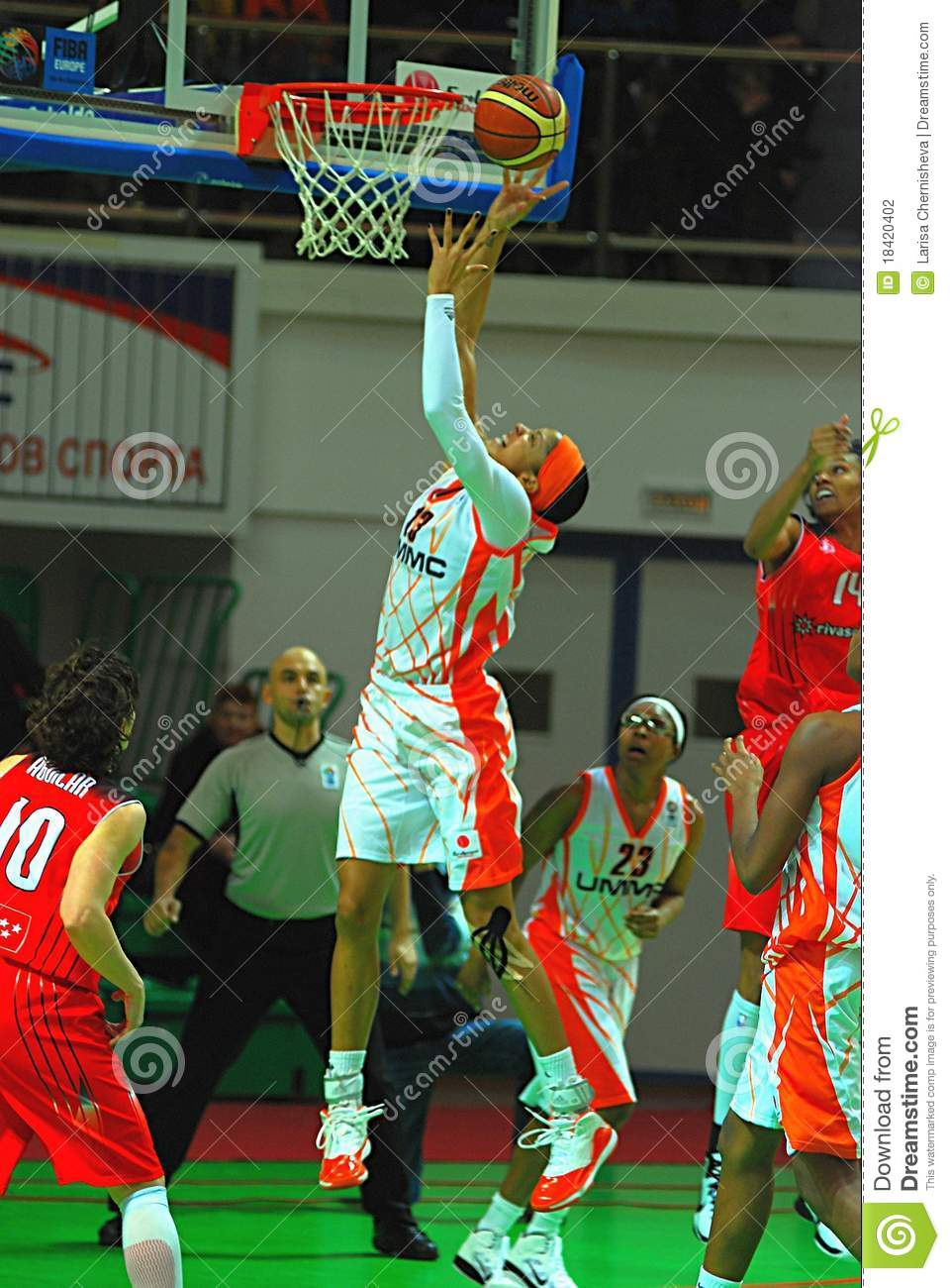 Candace Parker scores the ball