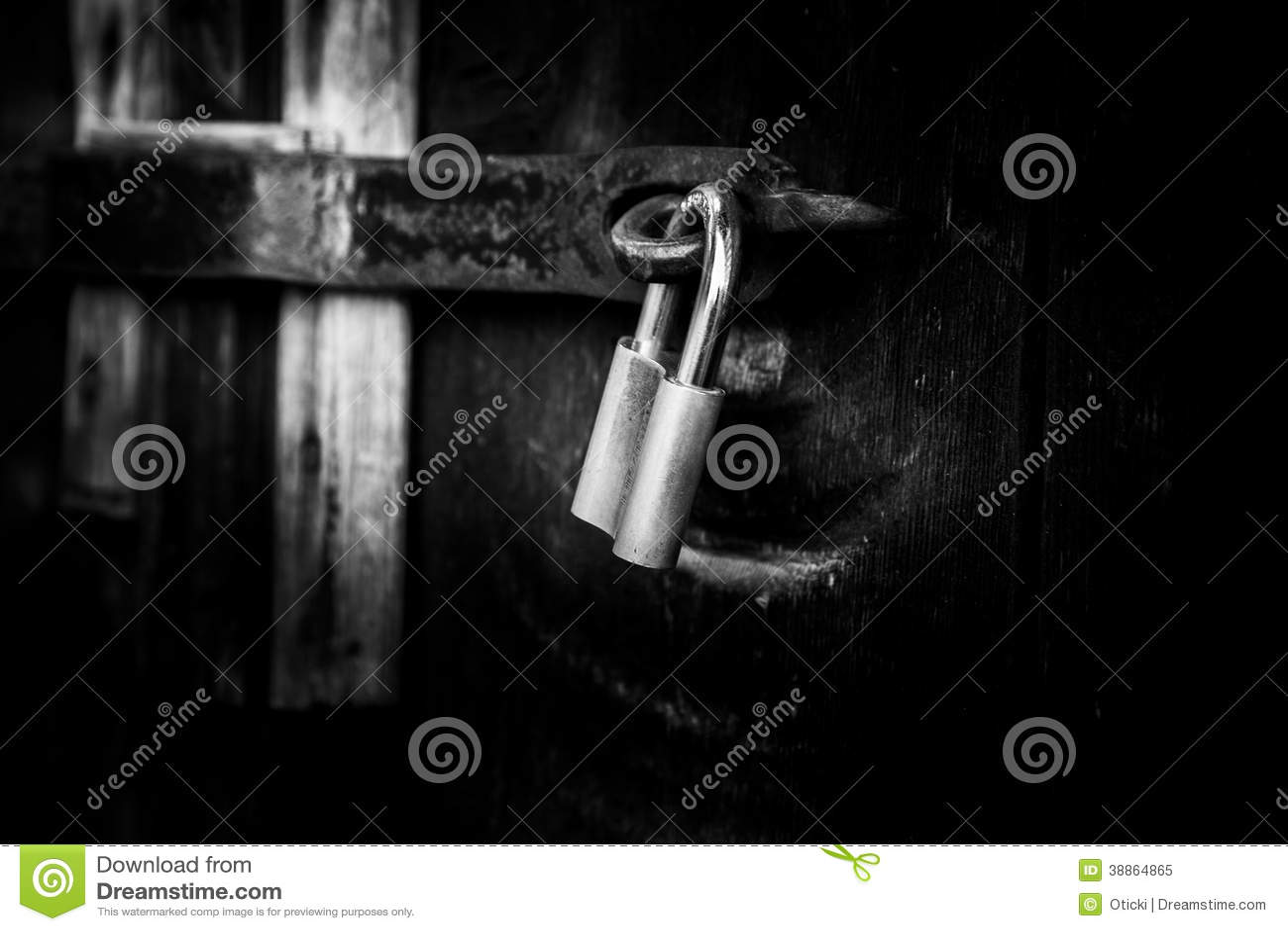 Candado en puerta de madera vieja foto de archivo imagen for Puerta vieja madera