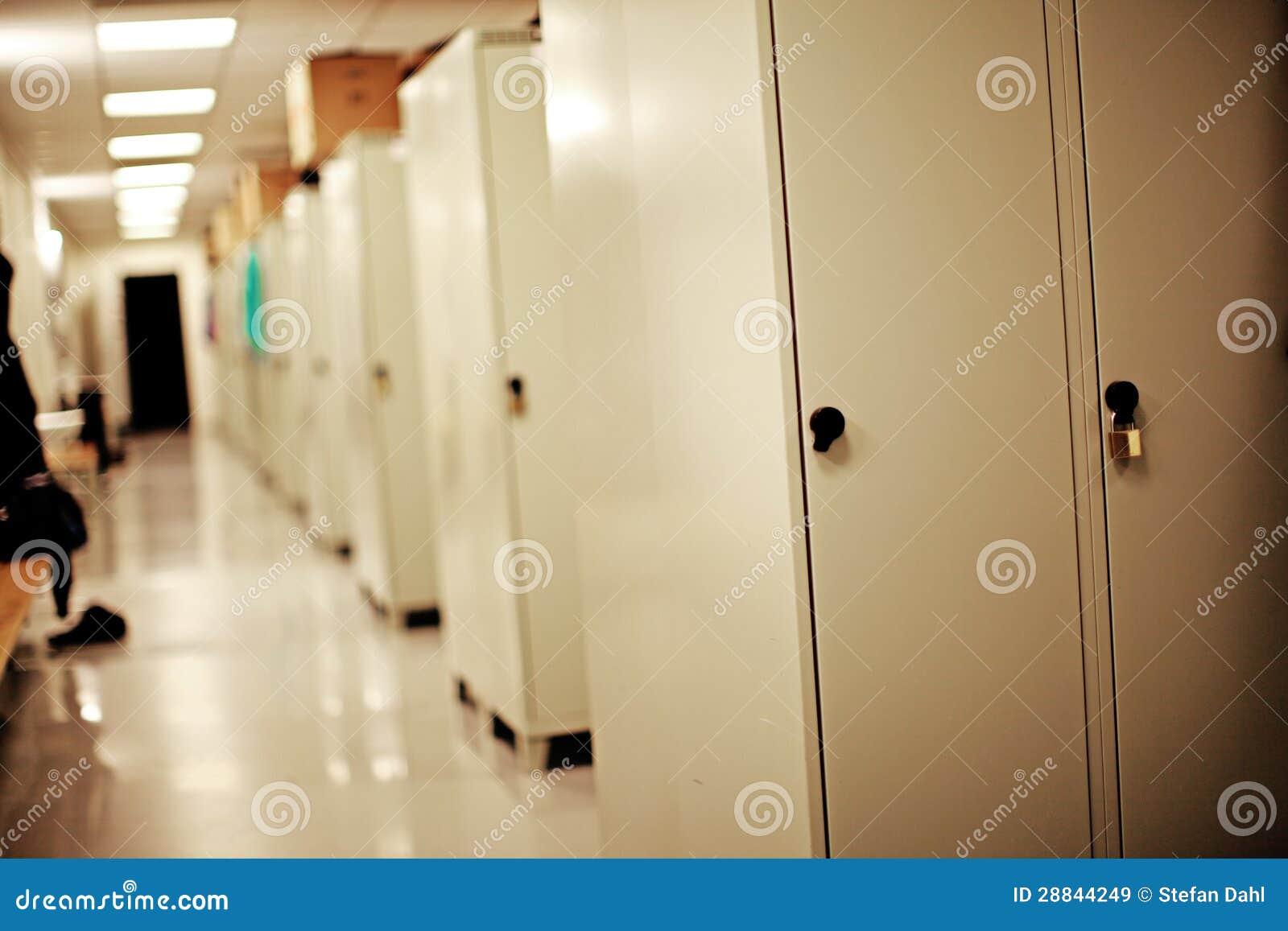 Candado en una puerta del armario im genes de archivo - Armario de una puerta ...