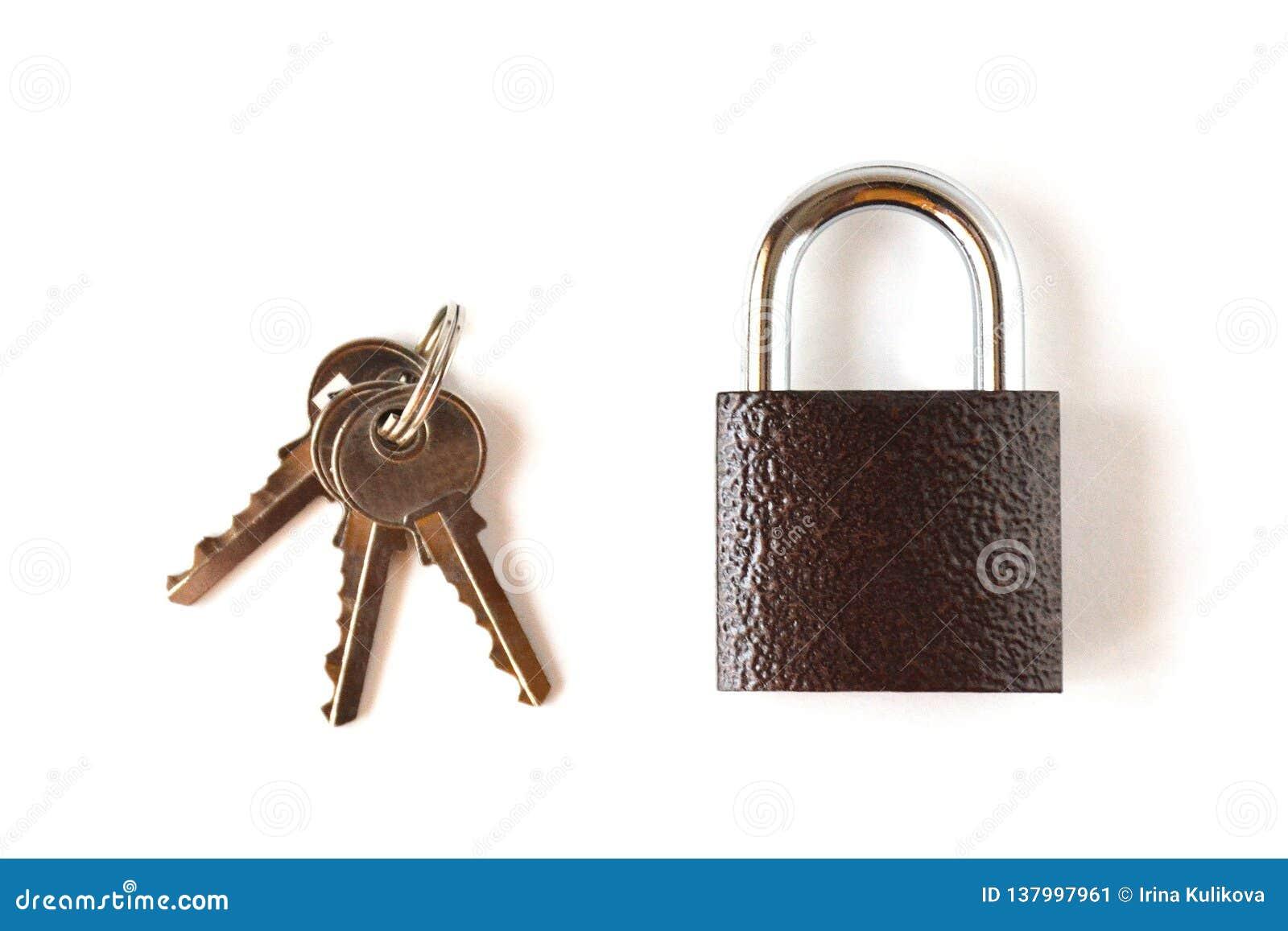 Candado marrón de textura bloqueado aislado con un manojo de tres llaves en un fondo blanco