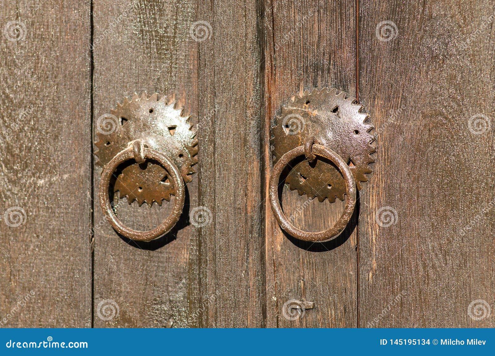 Candado viejo del metal en una puerta de madera Pueblo hist?rico Bojenci, Gabrovo, Bulgaria
