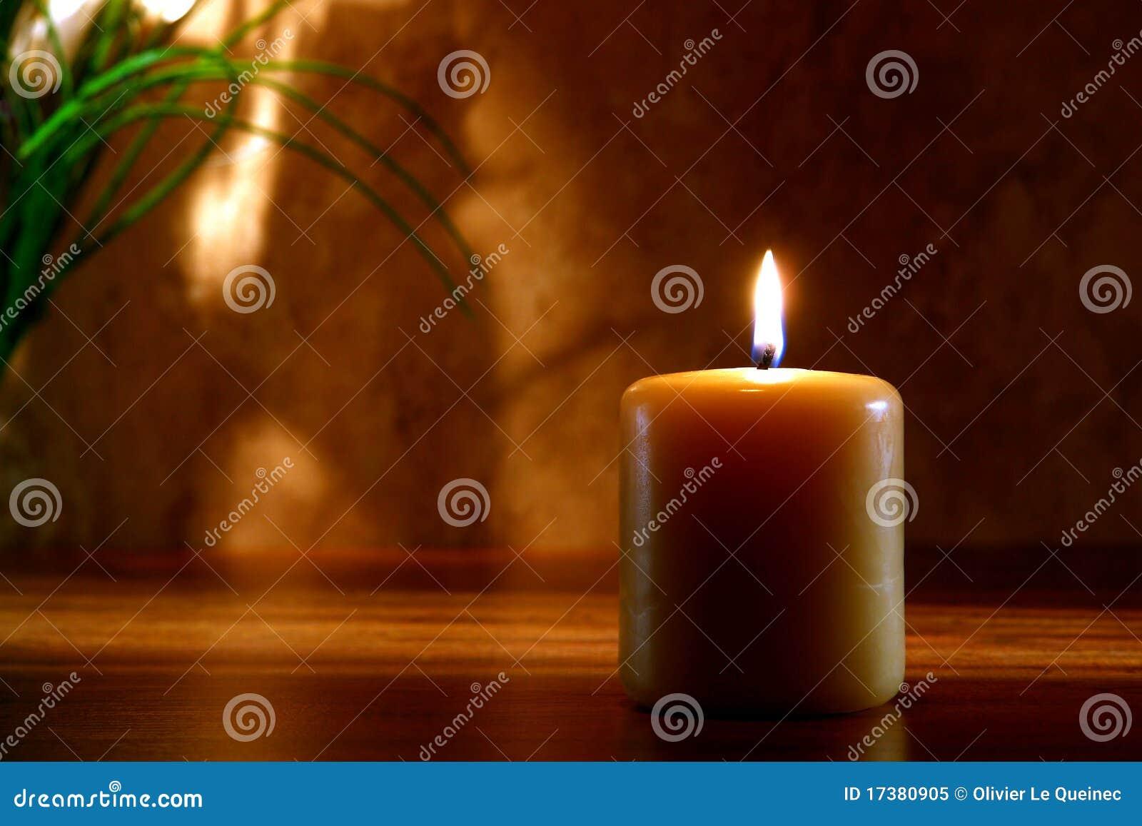 Candela di Meditaion di zen che brucia nella regolazione religiosa