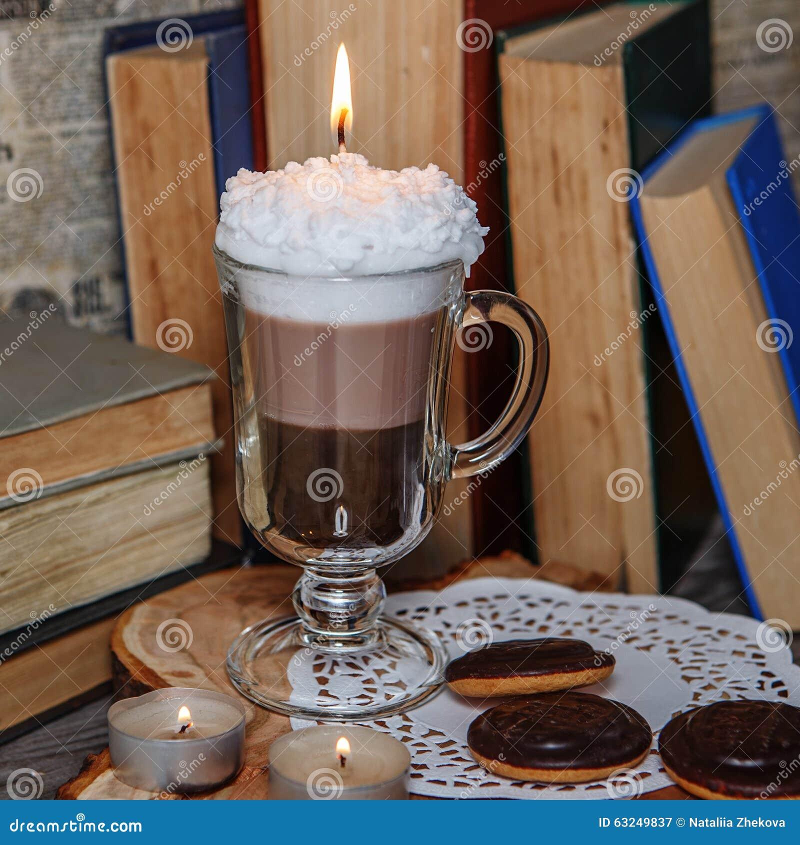 Candela fatta a mano sotto forma di tazza di irish coffee con caffè