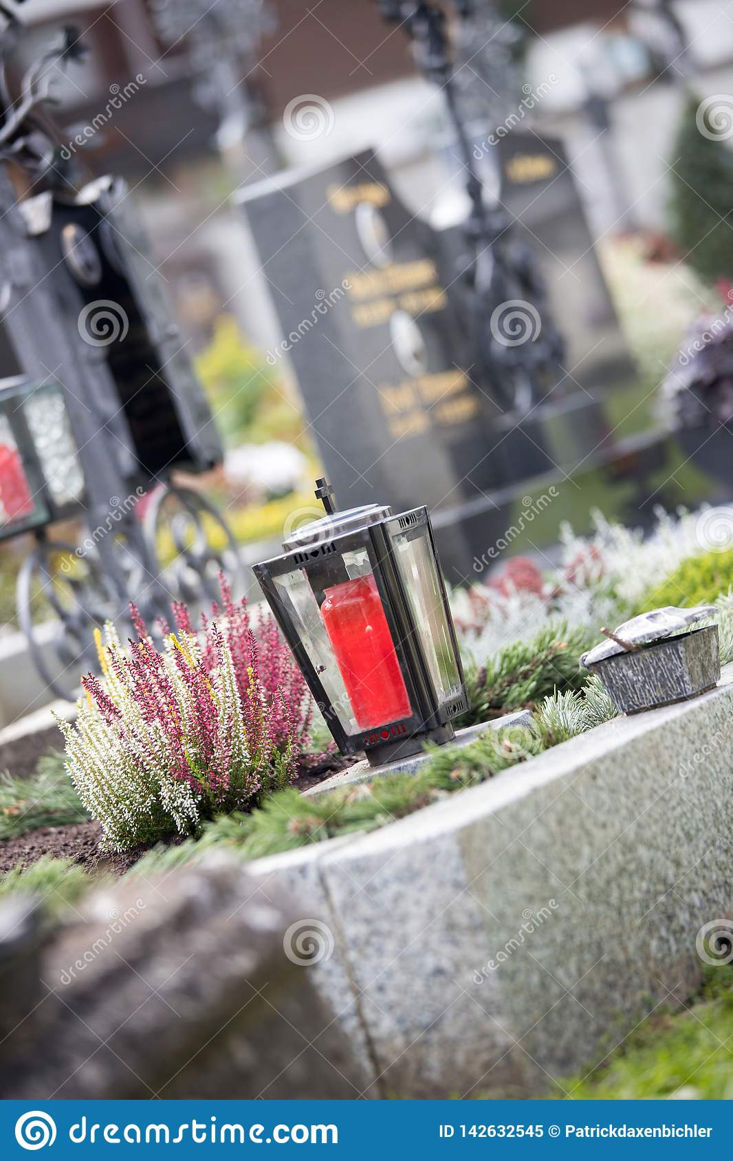 Candela/lanterna al cimitero, funerale, dispiacere