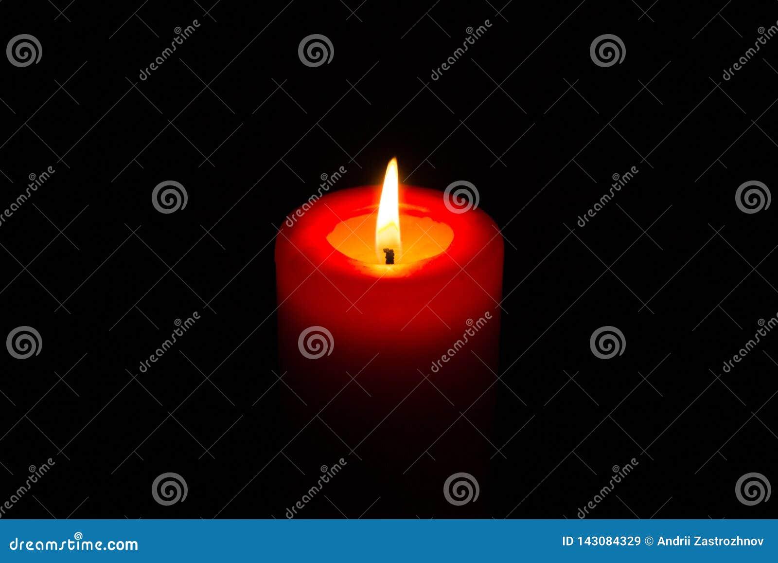 Candela rossa bruciante nello scuro