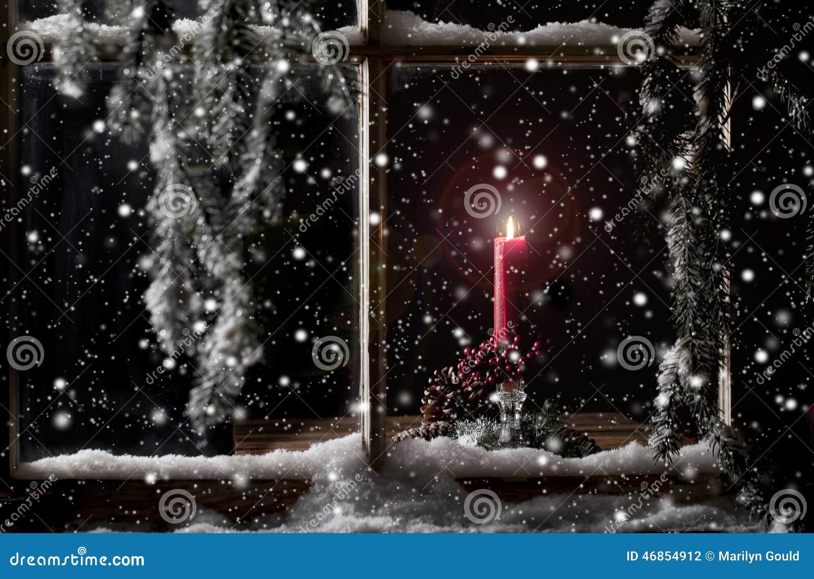 Candela rossa in finestra
