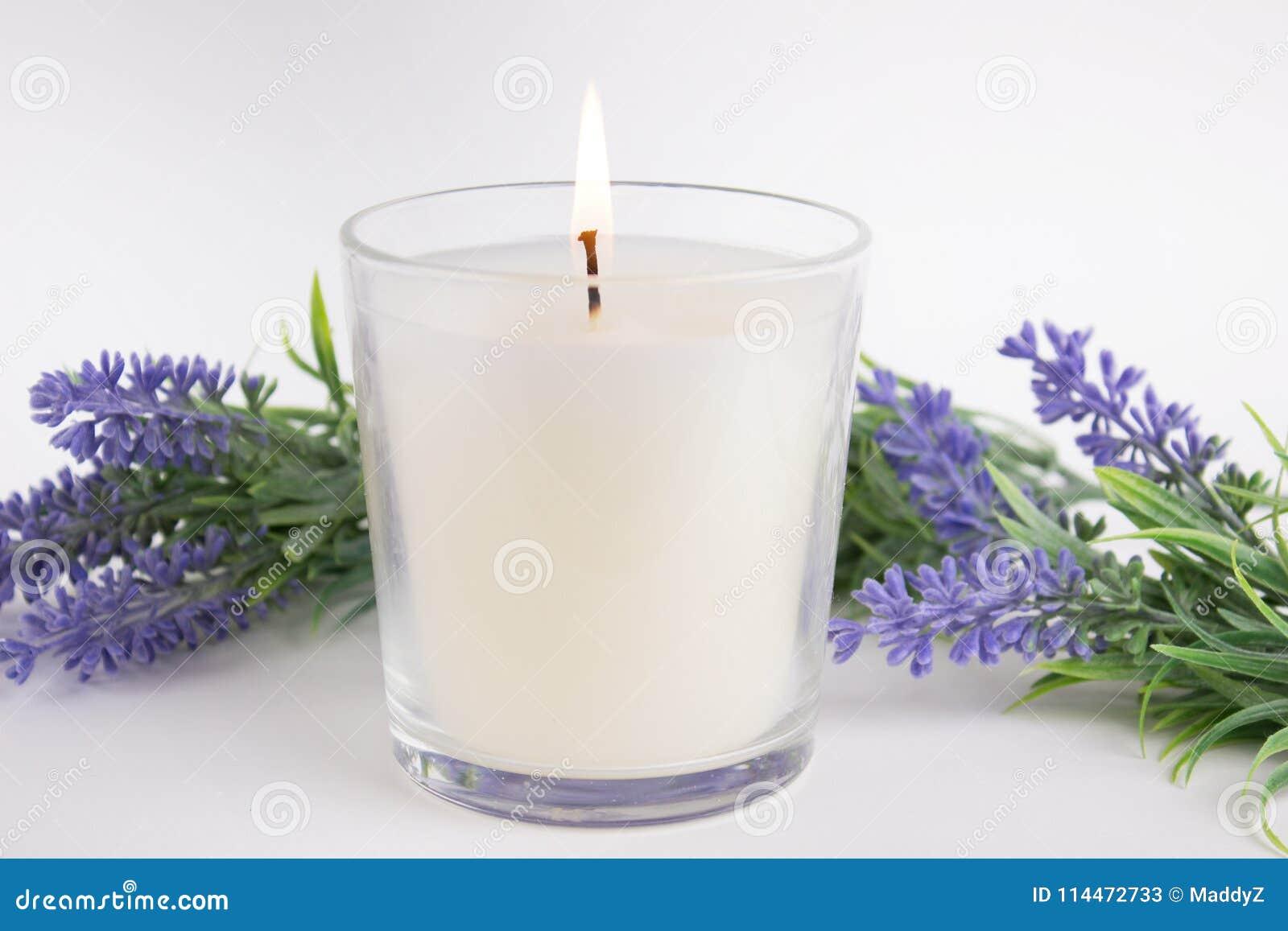 Candela in vetro su fondo bianco con lavanda, modello del prodotto