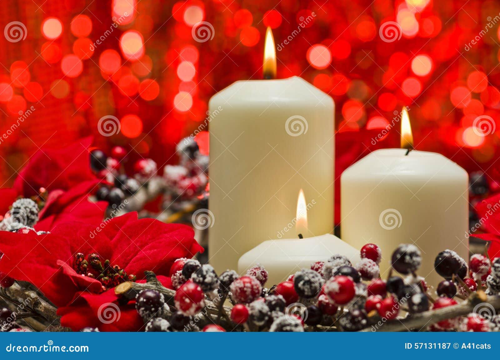 Decorare Candele Bianche : Candele bianche nella decorazione di inverno di autunno immagine