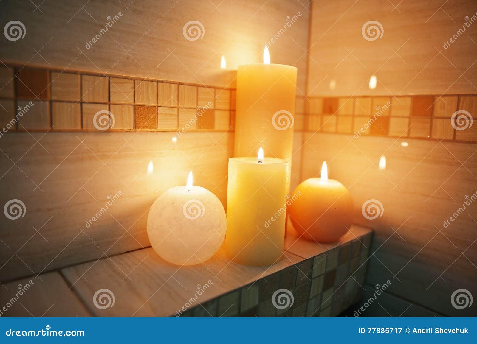 Bagno Romantico In Due candele brucianti in bagno romantico per due immagine stock