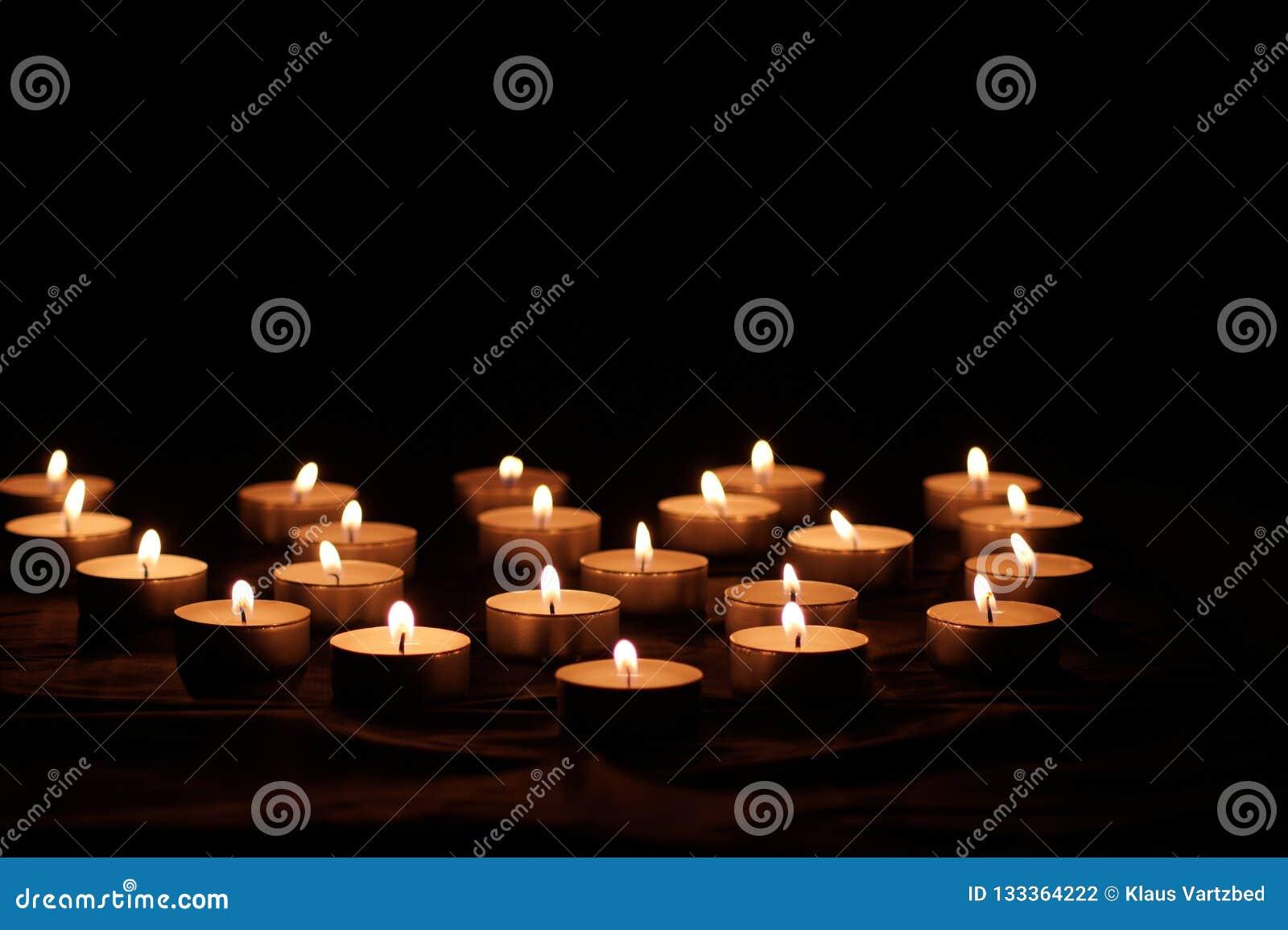 Candele brucianti con le fiamme luminose