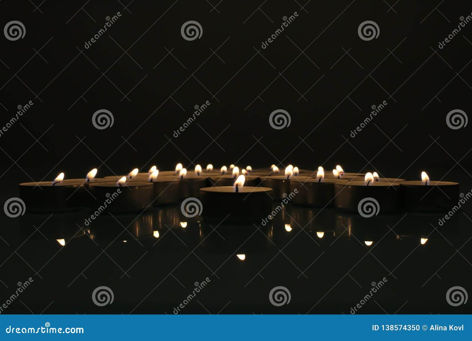 Candele che bruciano nello scuro Candele di Tealight nell oscurità