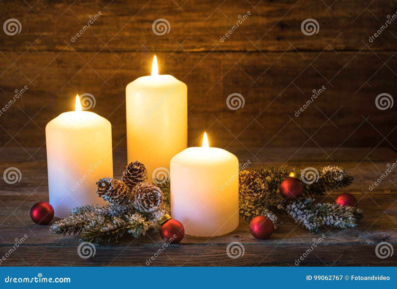 Decorare Candele Di Natale : Candele di natale con le palle rosse e la decorazione naturale
