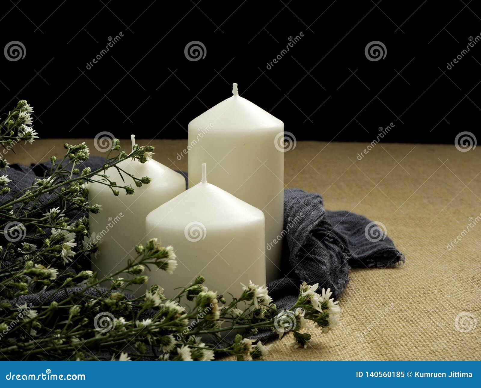 Candele e fiori sulla tabella