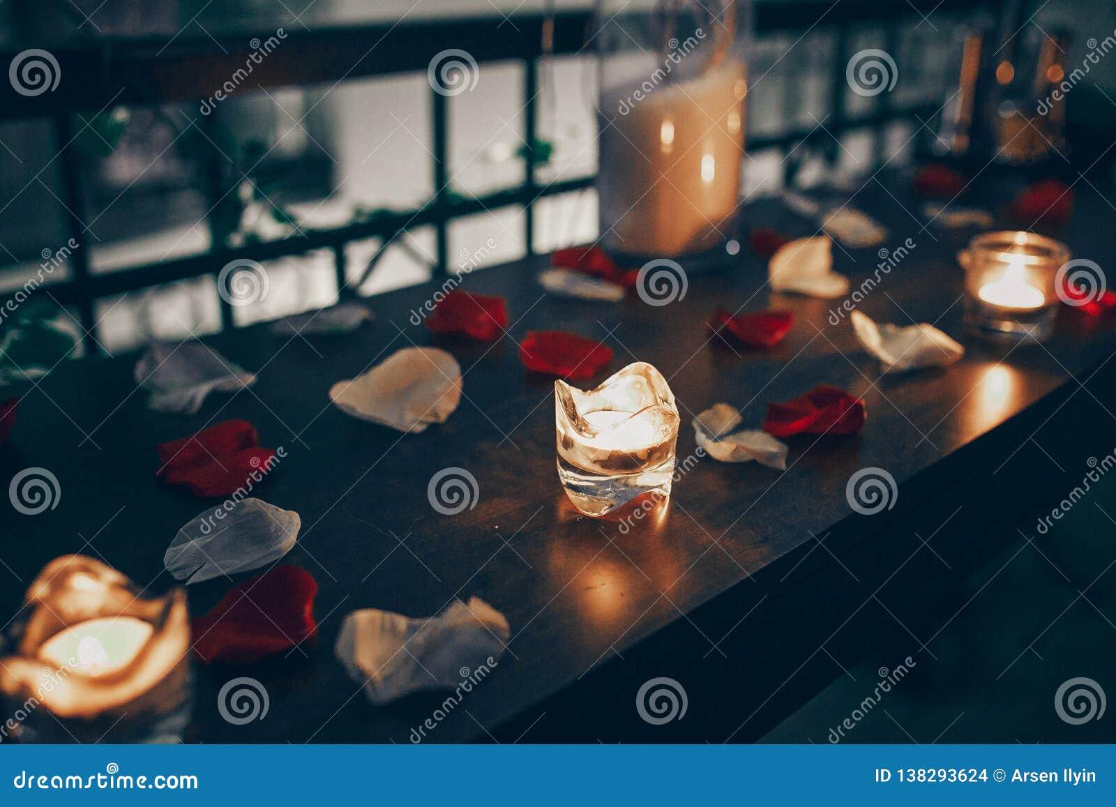 Candele sui precedenti dei petali delle rose