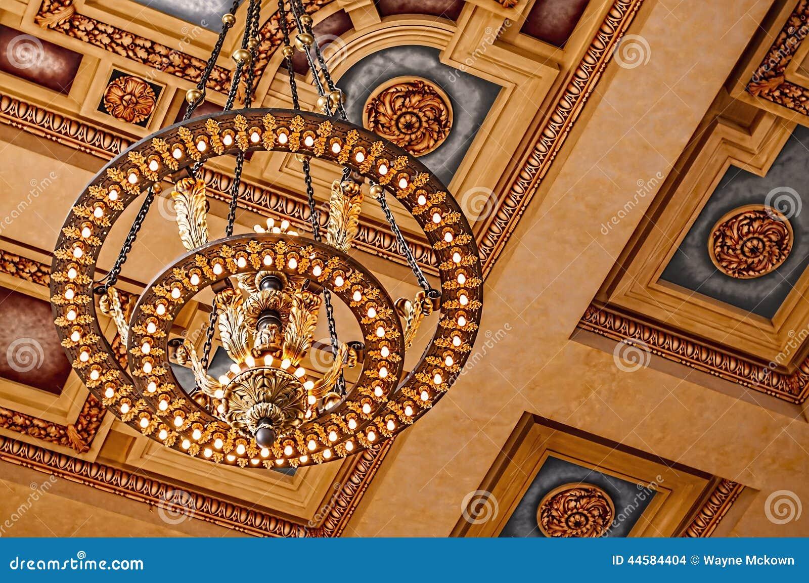 Candeliere e soffitto della stazione del sindacato