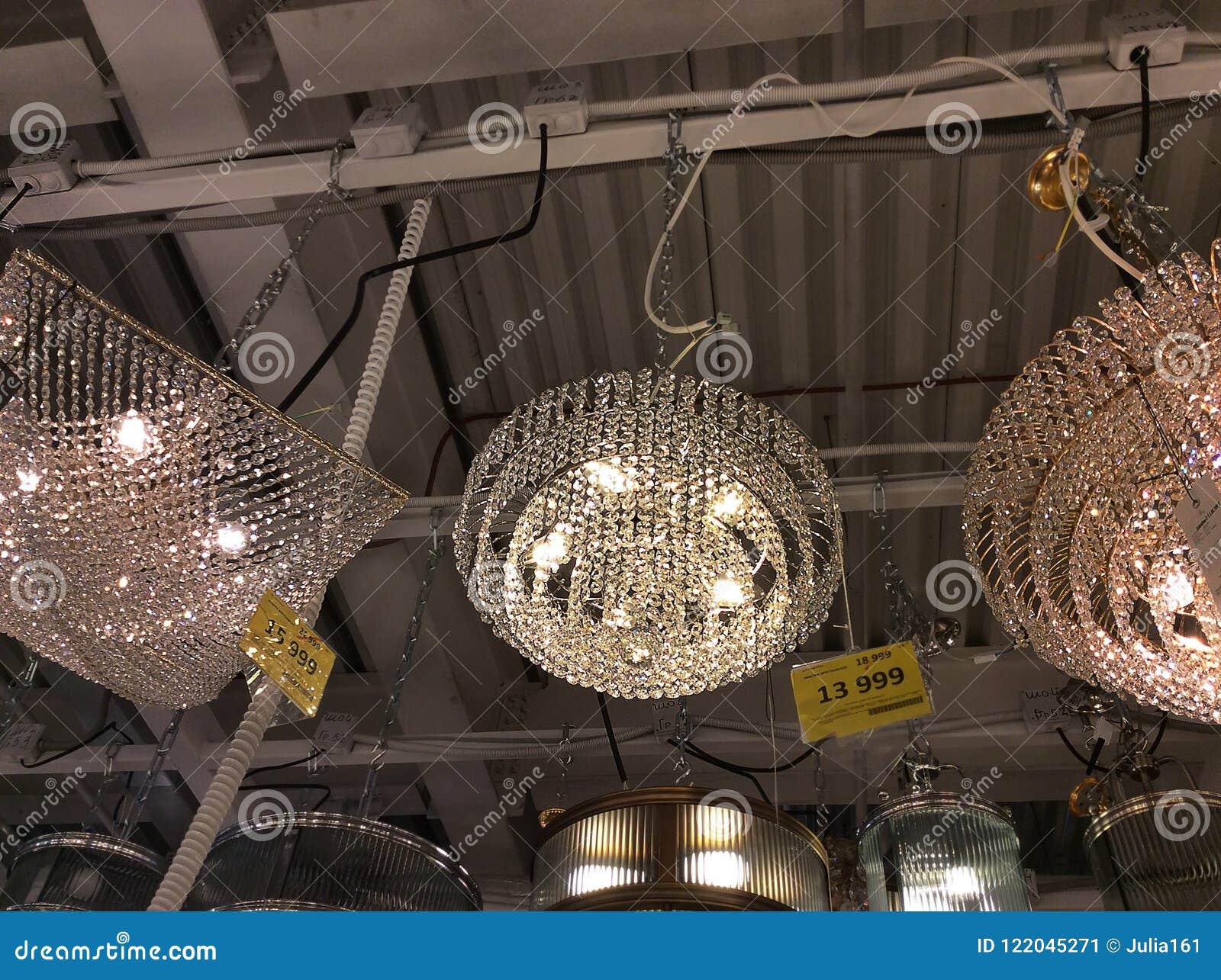 Candelieri di christal nel negozio domestico di illuminazione