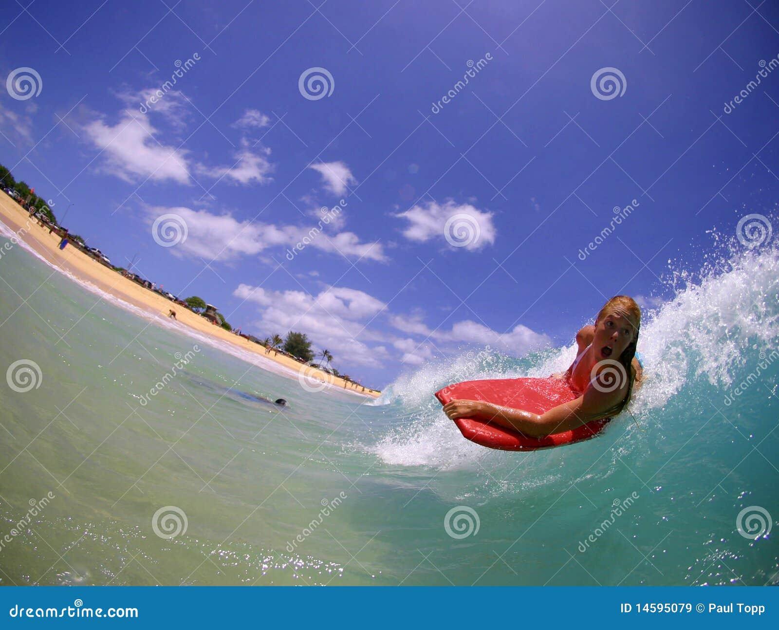 Candice Appleby Bodyboarding à la plage sablonneuse