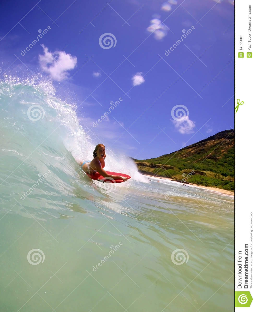 Candice Appleby surfant en Hawaï