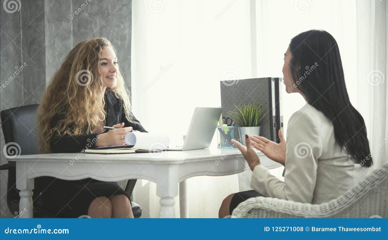 Candidato novo da mulher de negócio e recursos humanos sua conversação