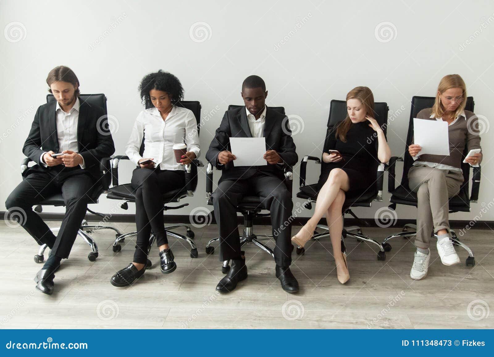 Candidatos de trabajo subrayados nerviosos que se preparan para esperar de la entrevista
