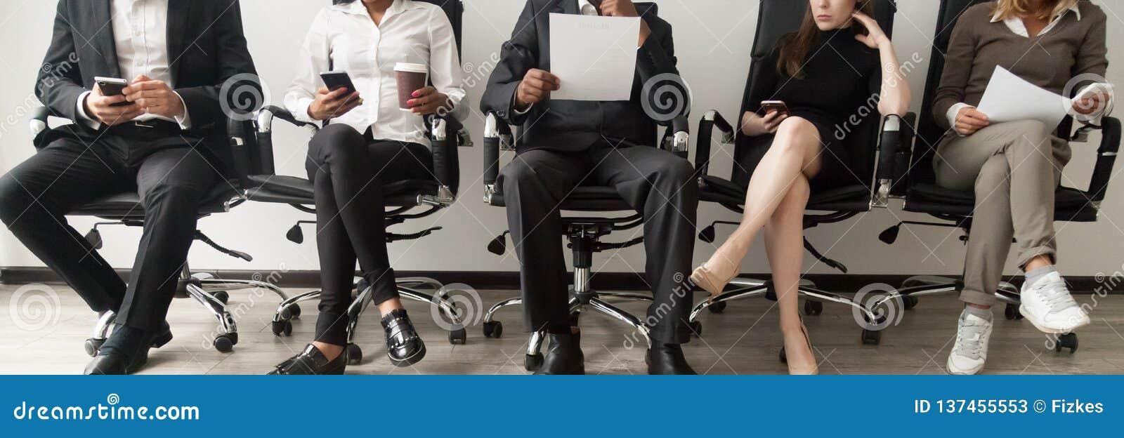 Candidatos diversos da imagem horizontal que sentam-se na entrevista de trabalho de espera da fila