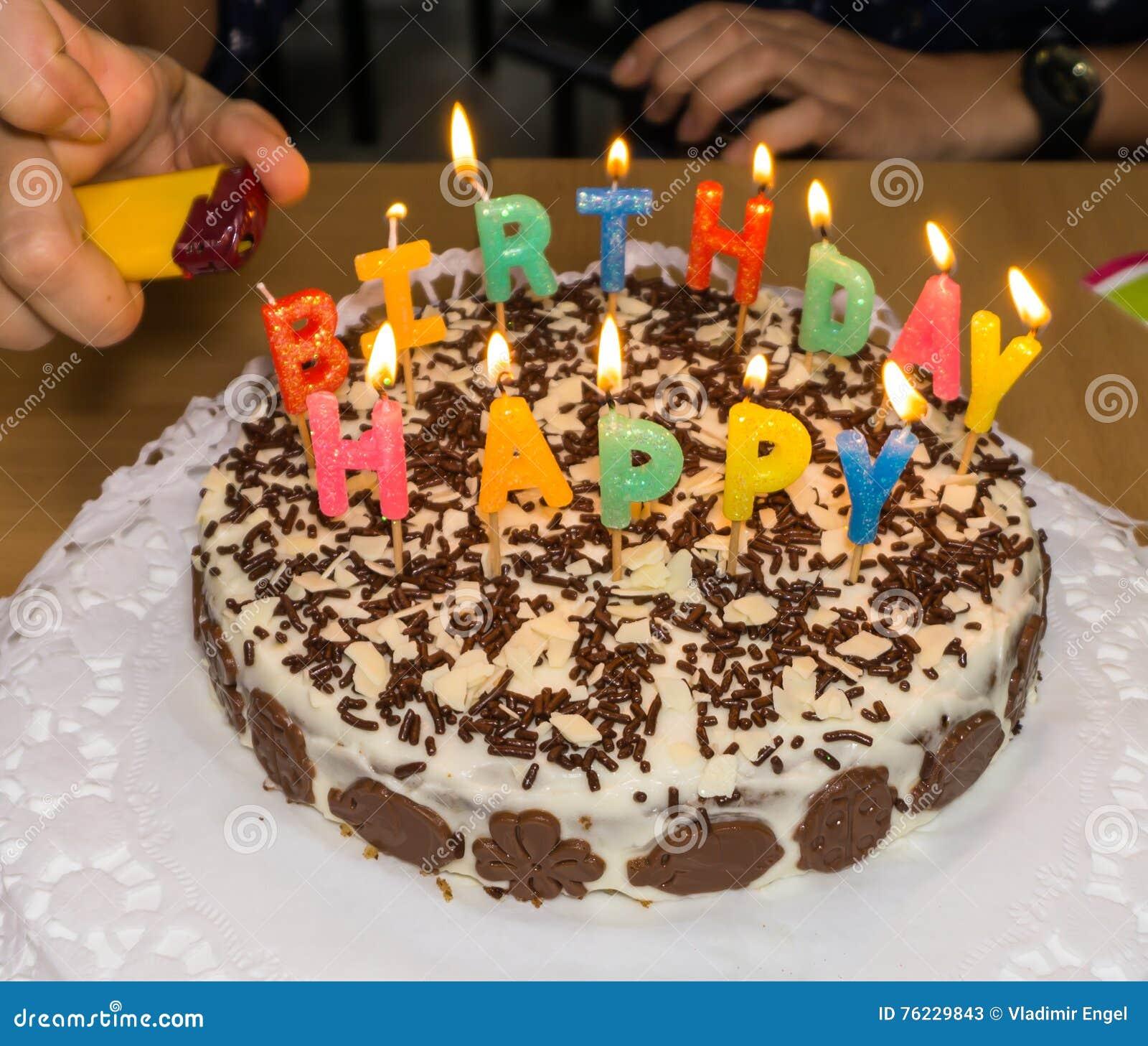 Candlelight fuoco casalingo della torta di compleanno