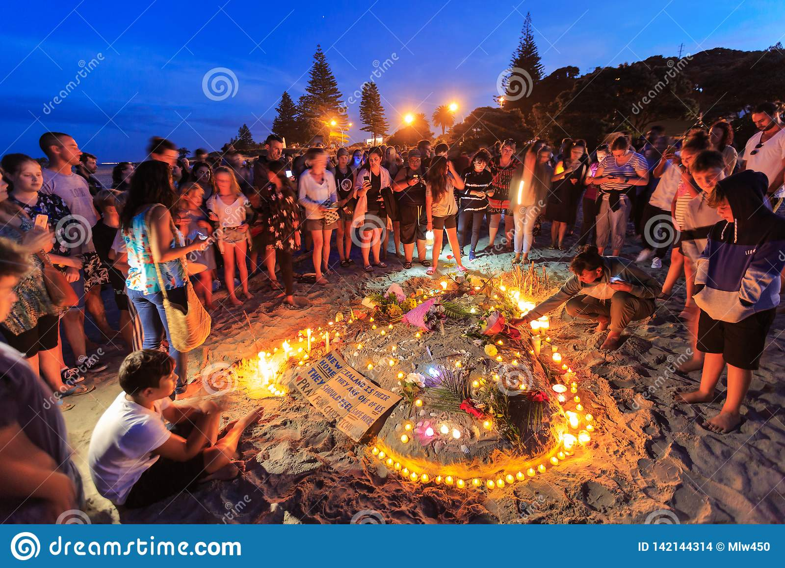 Candlelit plażowy czuwanie dla terroryzm ofiar, góra Maunganui, Nowa Zelandia