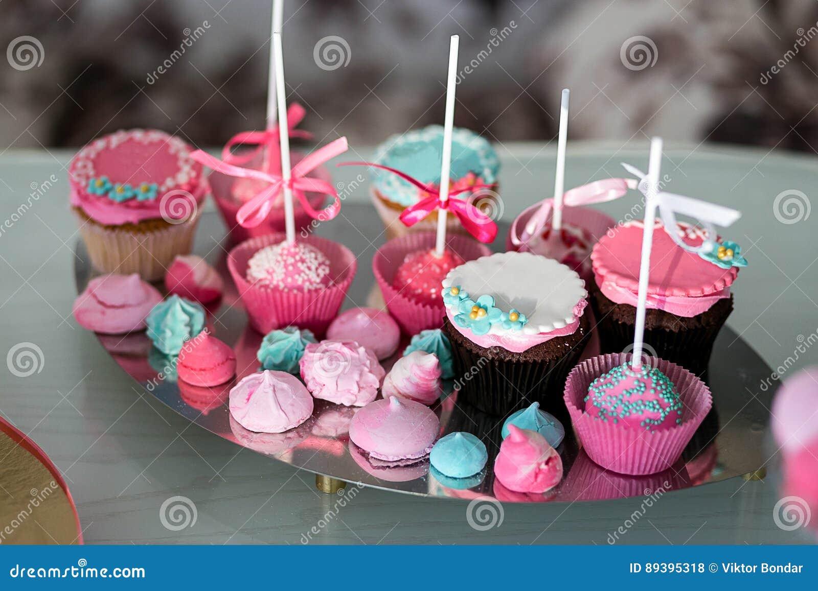 Candy Antivari Buffet dolce delizioso con i bigné Festa dolce b