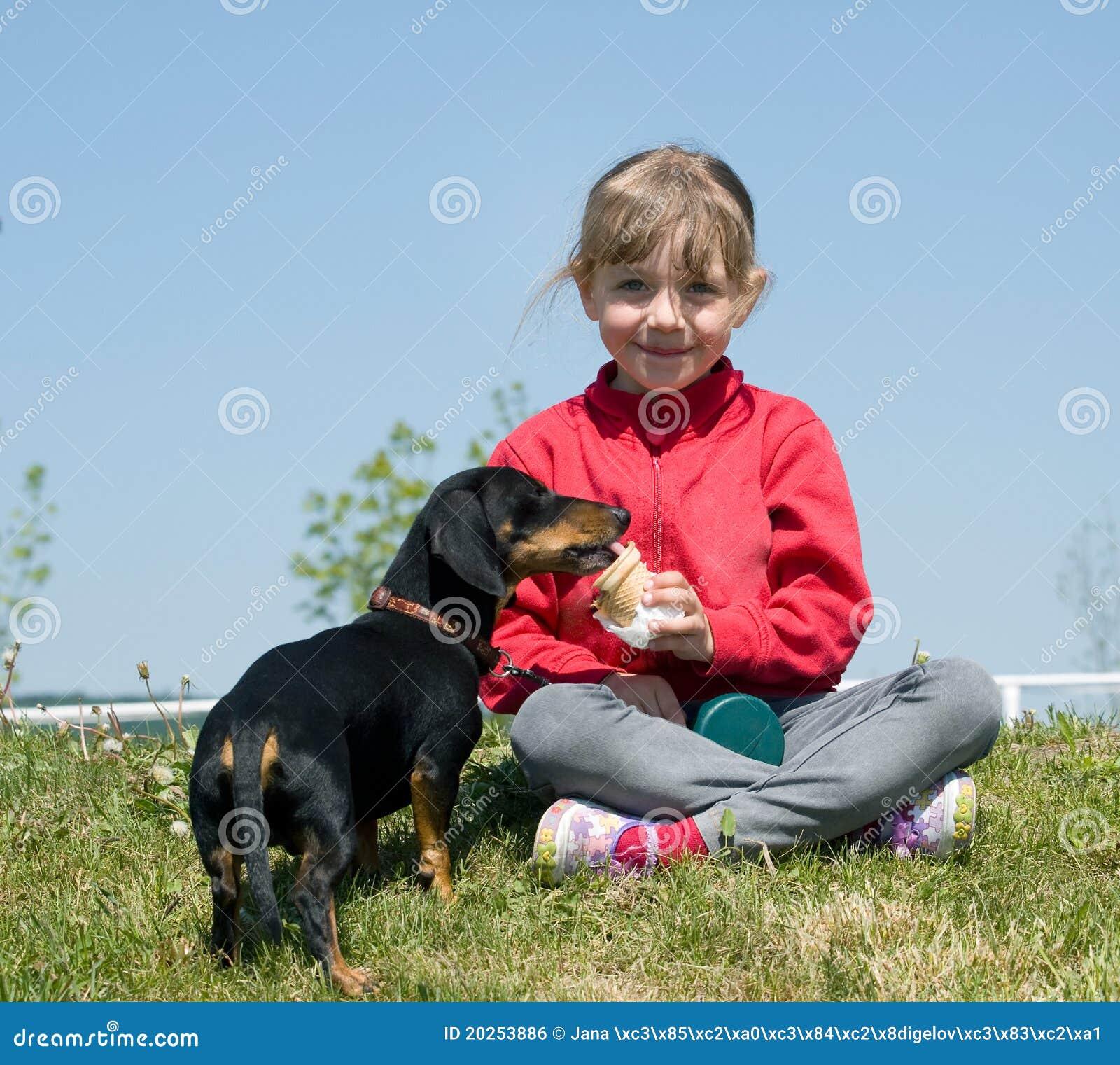 Cane che mangia gelato dalla ragazza fotografia stock immagine di giovent scivolo 20253886 - Cane che mangia a tavola ...