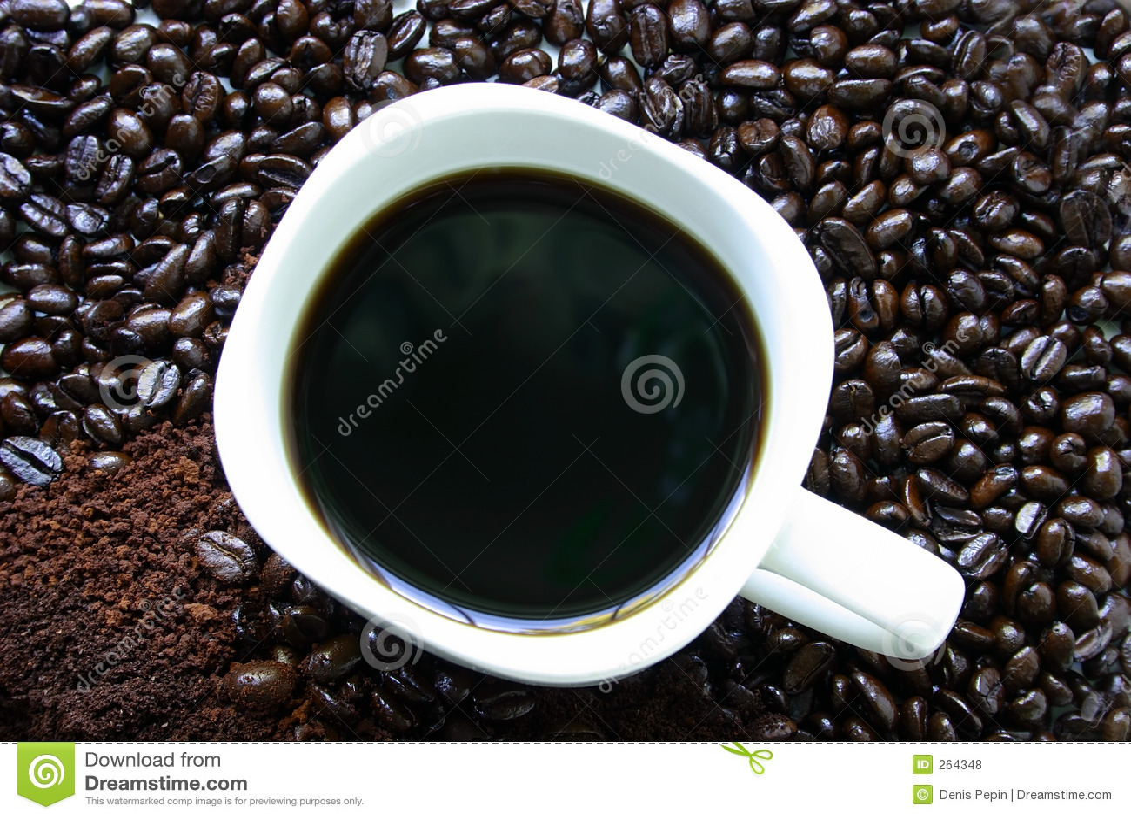 Caneca de café cercada por feijões de café