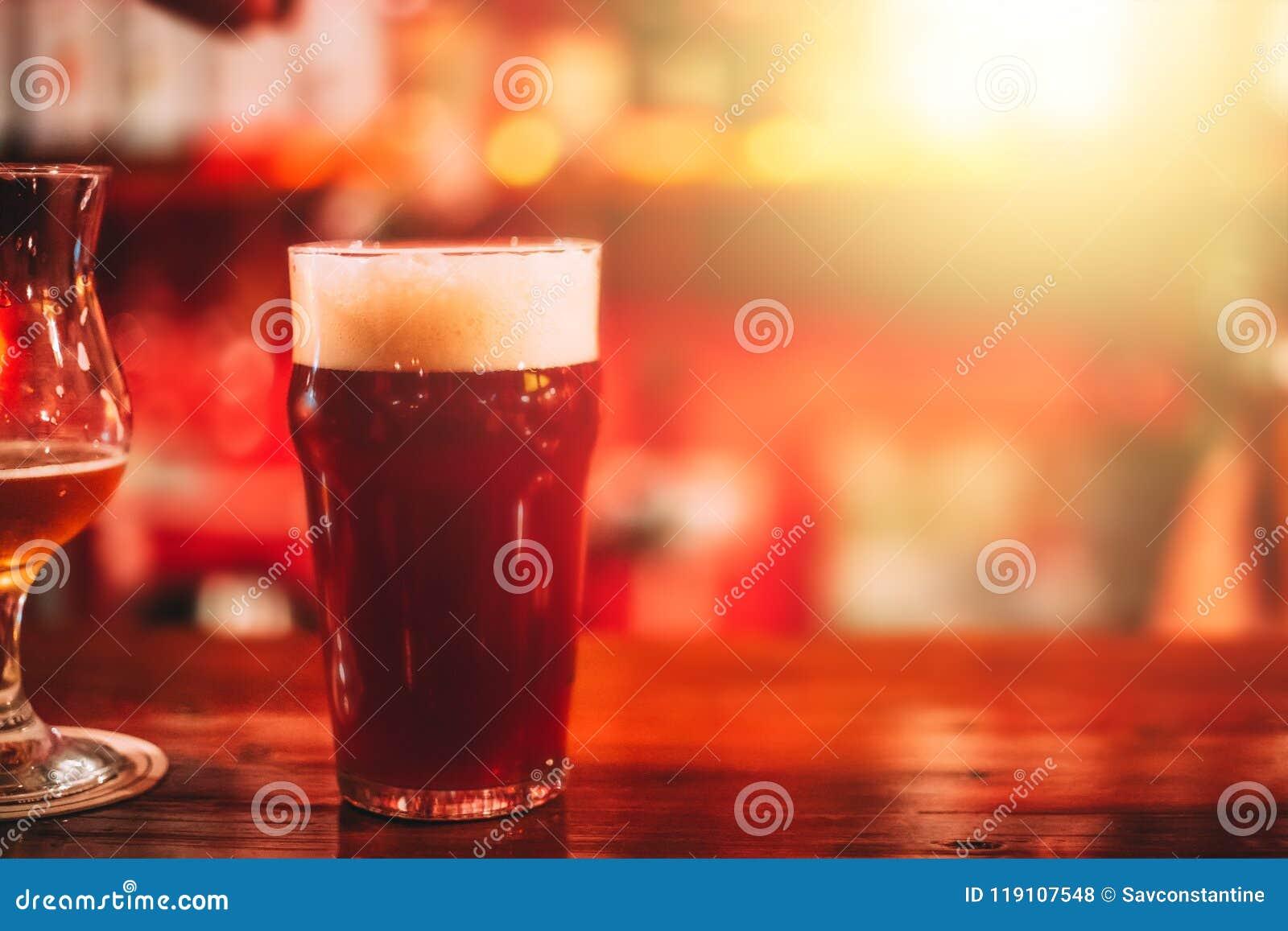 Caneca de cerveja do ofício na barra