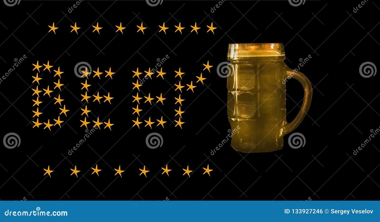 Caneca de cerveja escura isolada em um fundo preto