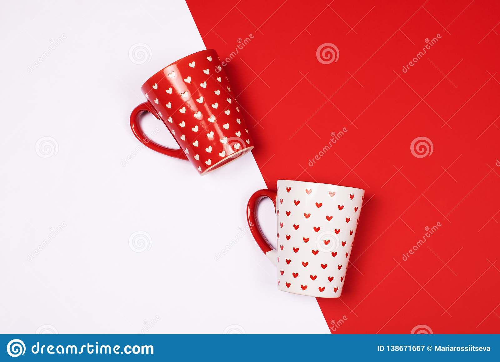 Canecas com teste padrão coração-dado forma em vermelho e em branco