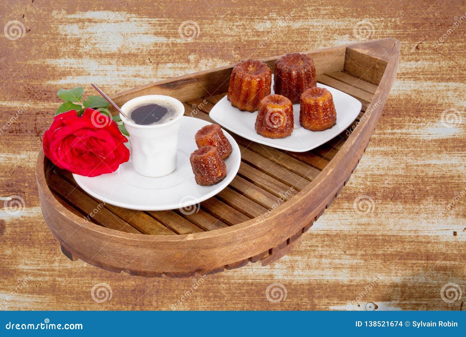 Canele est pâtisserie française de petit Bordeaux assaisonnée avec le rhum et la vanille avec le centre mou et tendre de crème an