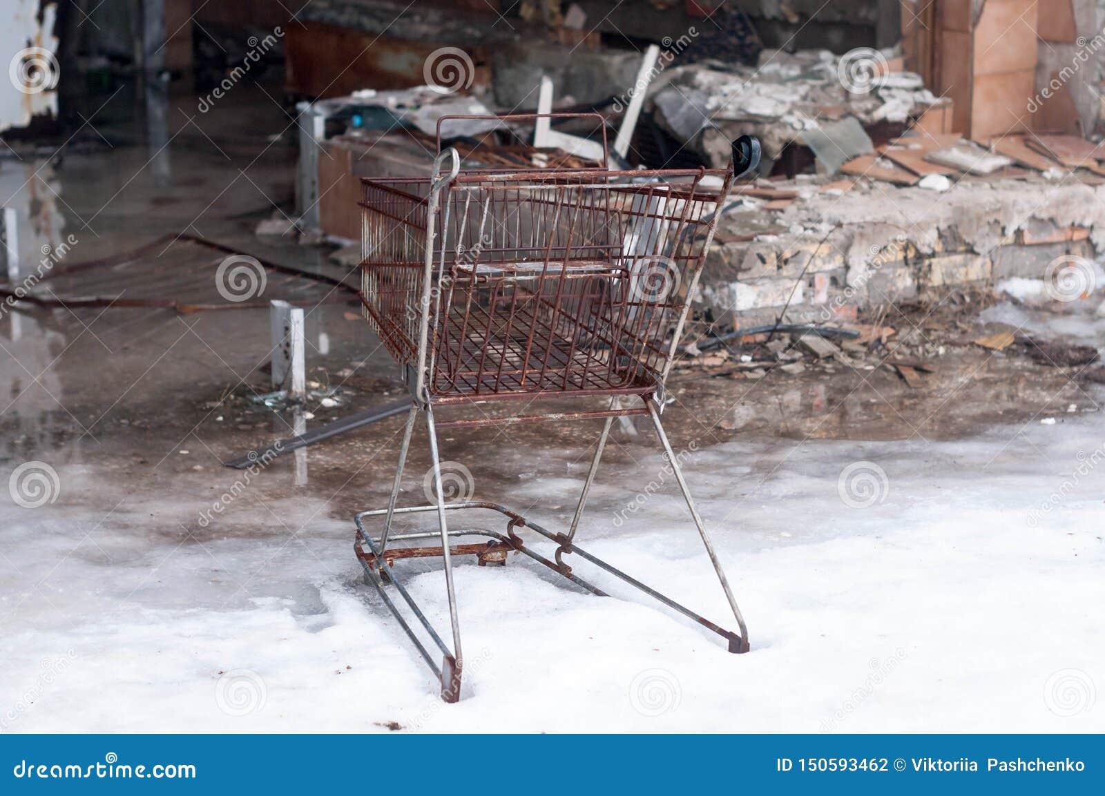 Canestro arrugginito e mobilia rotta in negozio distrutto in Pripyt, Cernobyl