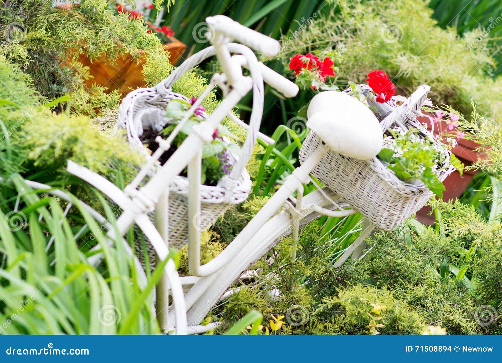 Idee Per Vasi Da Fiori canestro bianco con i fiori che appendono sulla vecchia