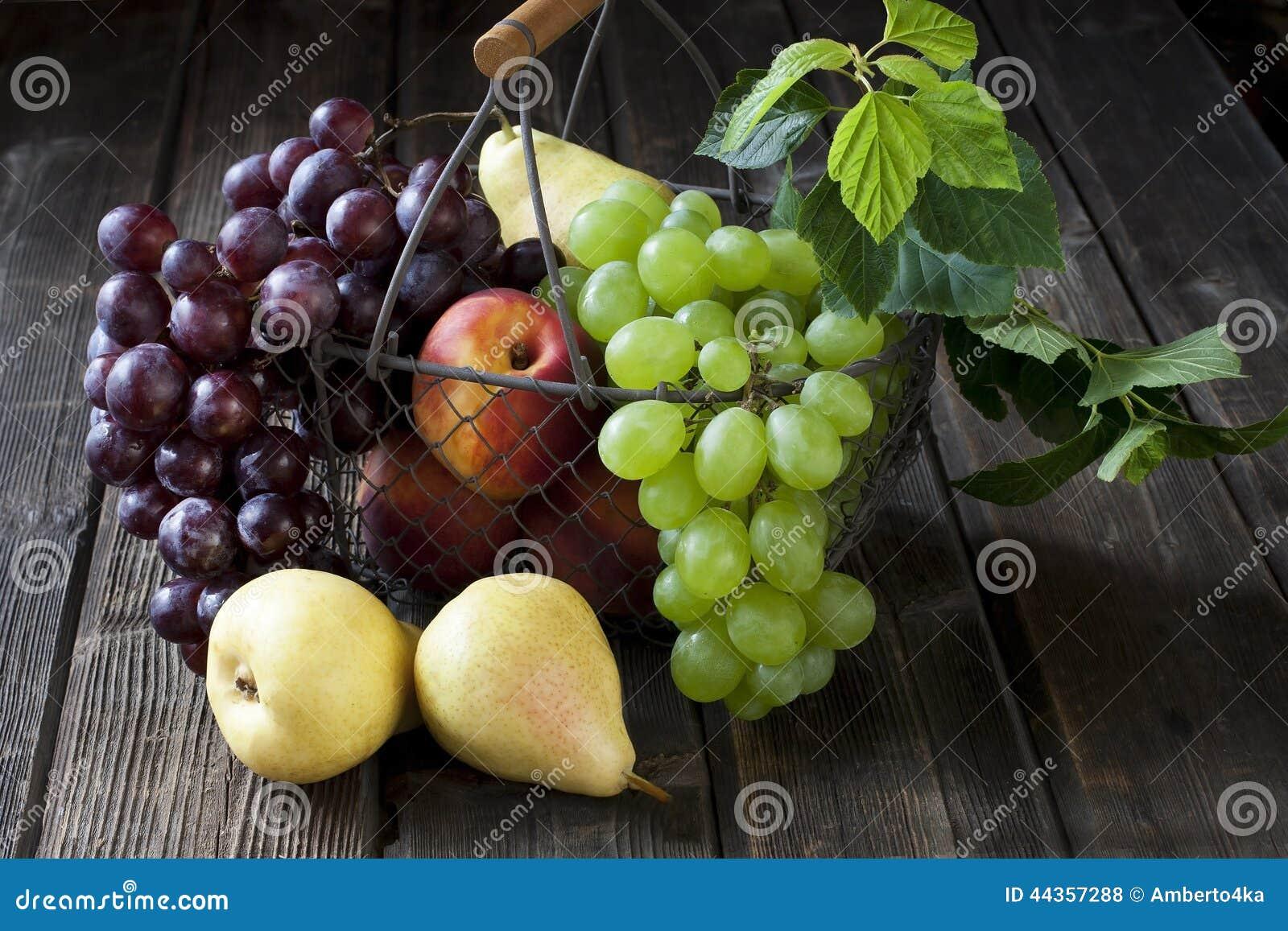Canestro con le nettarine, le pesche, l uva e le pere