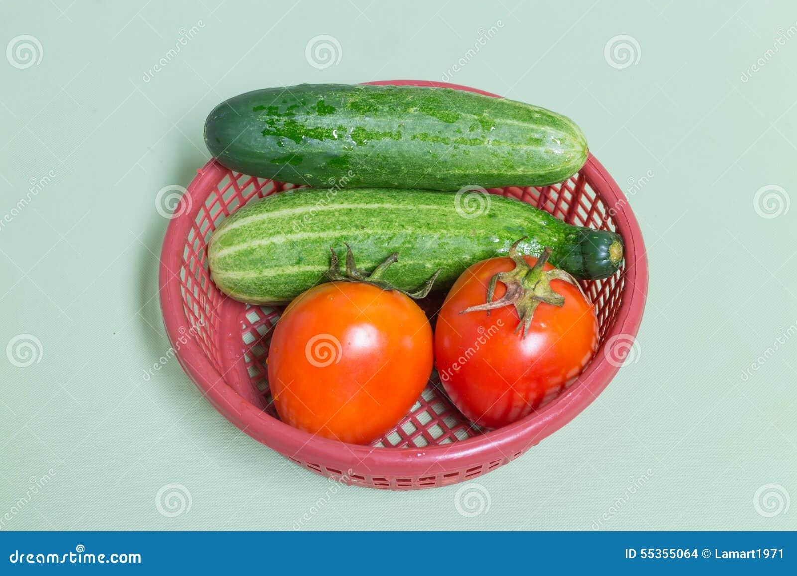 Canestro del pomodoro e del cetriolo di Resh in rosso