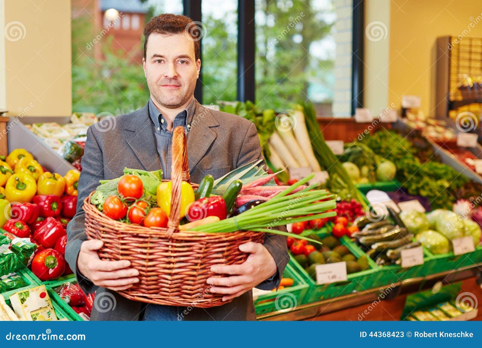 Canestro di trasporto dell uomo con le verdure