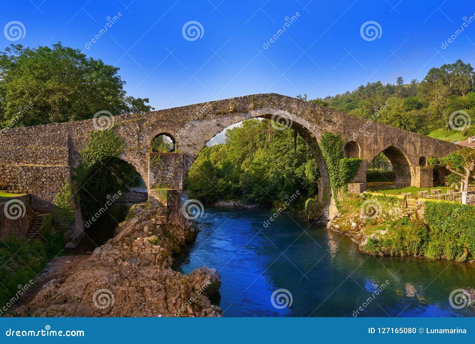 Cangas de Onis罗马桥梁在阿斯图里亚斯西班牙