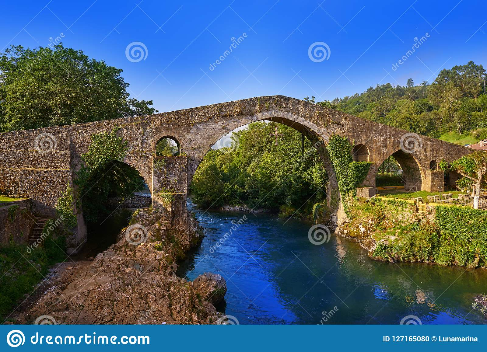 Cangas de Onis Ρωμαίος γέφυρα στις αστουρίες Ισπανία