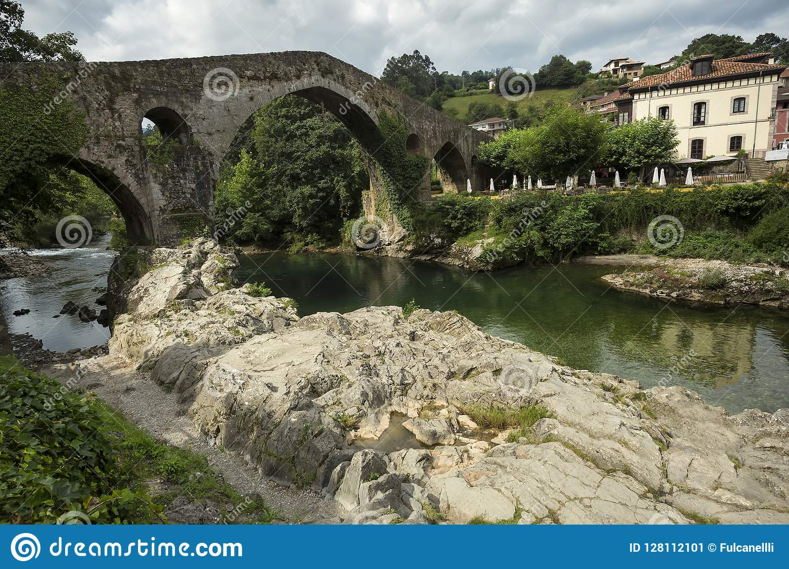 Cangas De Onis rzymski most na Sella rzece w Asturias Hiszpania
