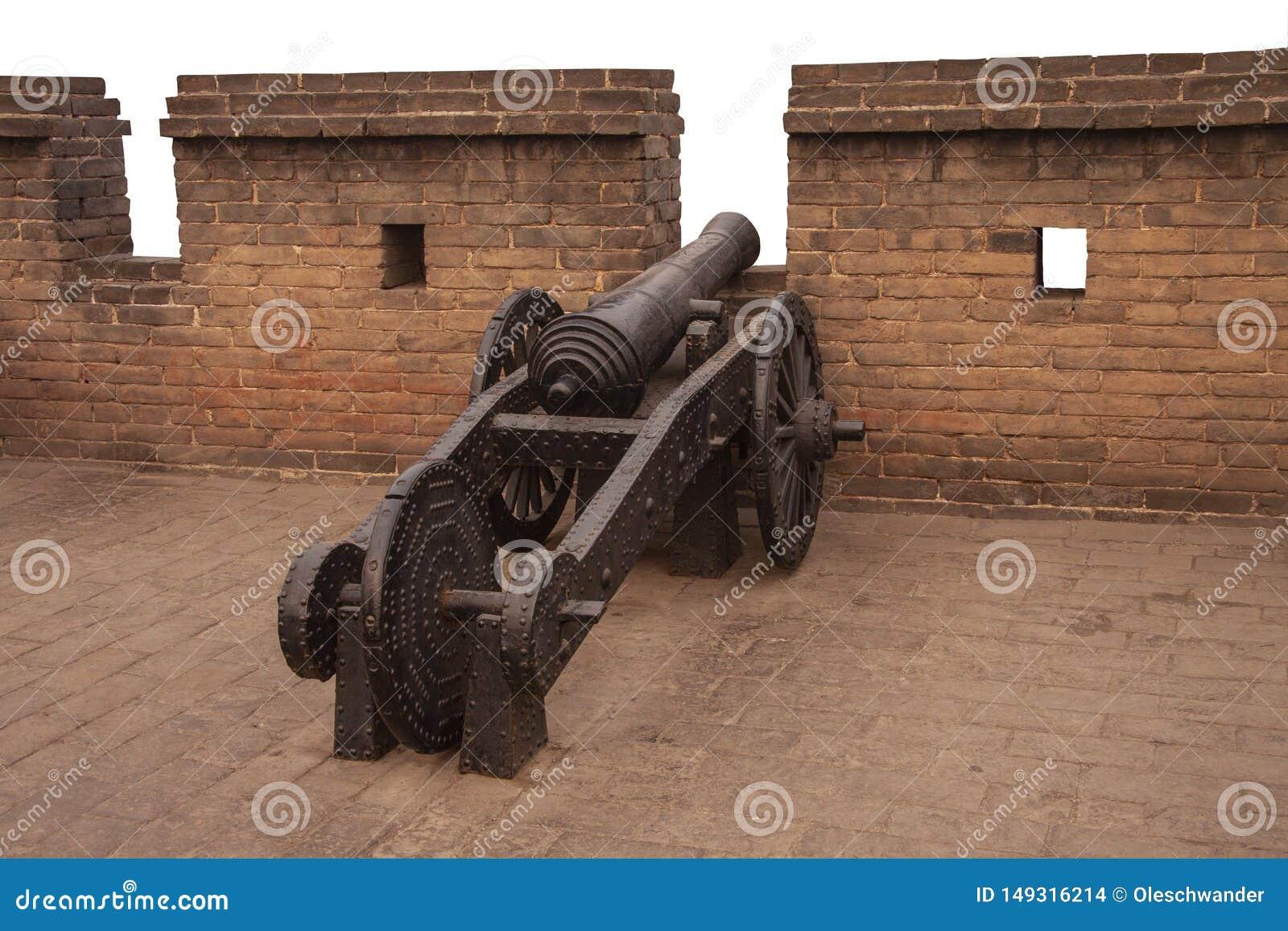 Canh?o antigo do ferro nas paredes de Ming da cidade chinesa antiga Pingyao, prov?ncia de Shanxi, China Instala??es militares chi